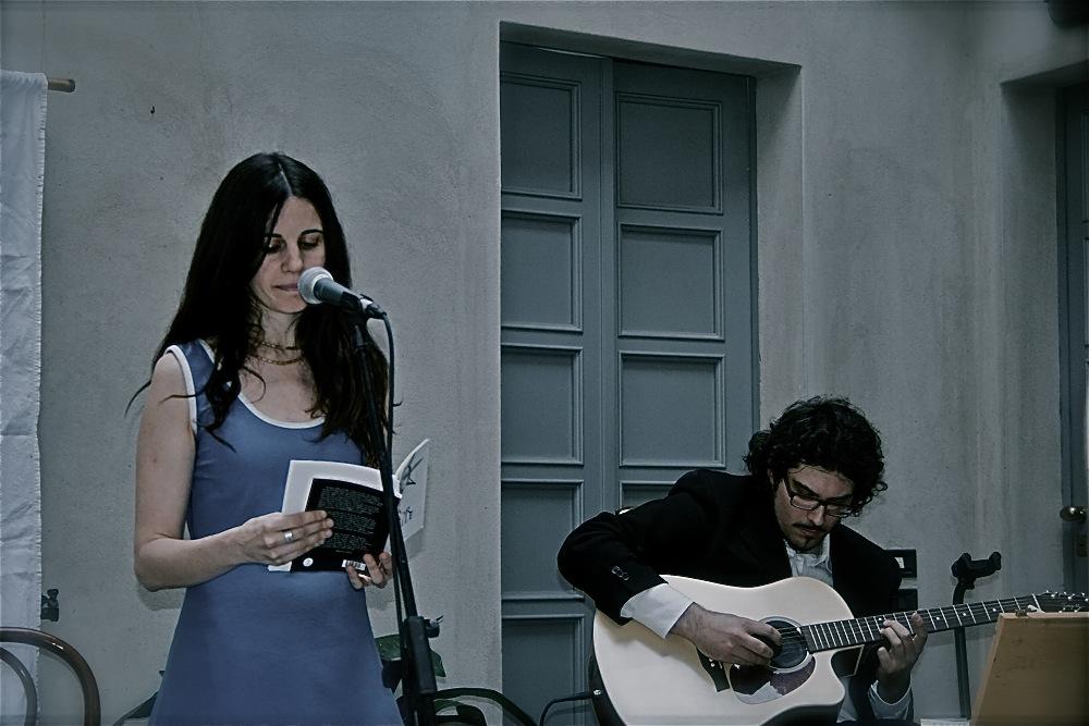 Elisa al Festival TreviglioPoesia 2014, accompagnata dal musicista