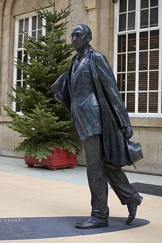 330px-Philip_Larkin_Statue_Hull, Yorkshire, England