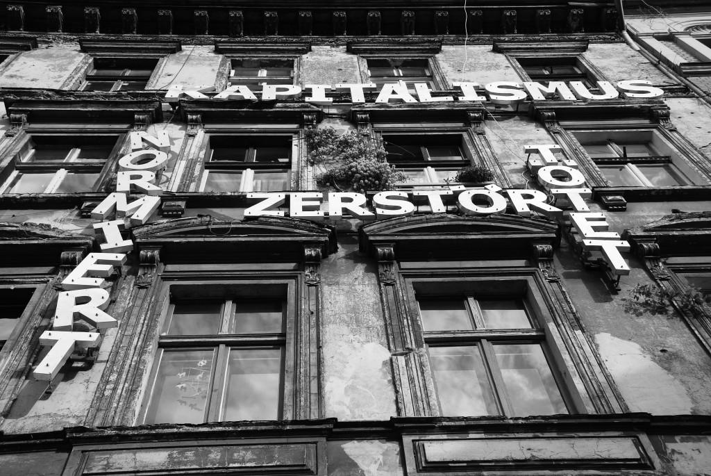 Prenzlauer Berg. Kastanienallee. Slogan. Casa occupata: «Il capitalismo normalizza, distrugge, uccide», 3 agosto 2013. Fotografia: Elda Papa