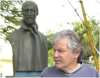 Daniel ARANJO, nel settembre del 2011, davanti alla statua di Toulet (ammiratore di Saffo)–Foto di Swiencinski, a Curepipe (Isole Mauritius)