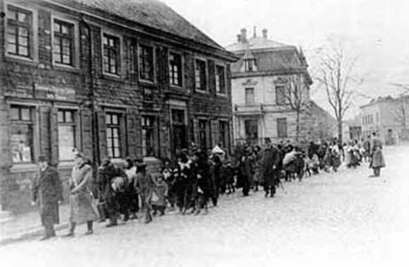 Ramscheid, le SS scortano un gruppo di rom destinati ad Auschwitz 1943