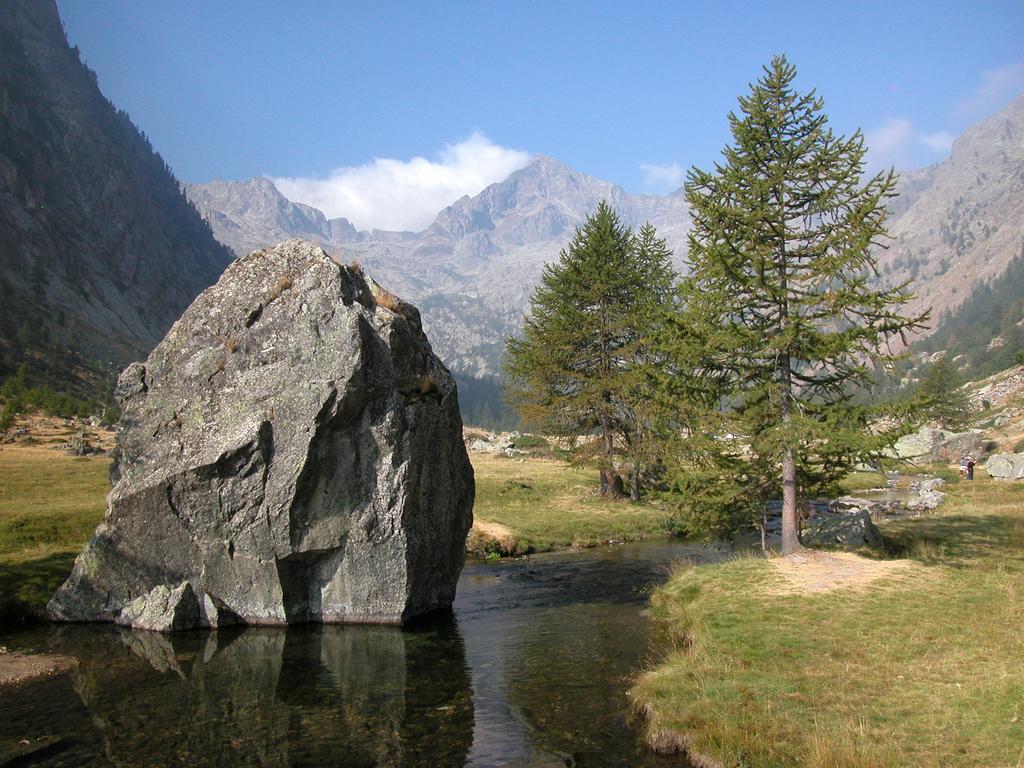 La conca del Valasco con il suo caratteristico roccione (A. Rivelli PNAM)