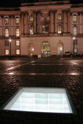 Micha Ullman by sa Berlin_Mahnmal_Buecherverbrennung_nachts_mit_Unieingang