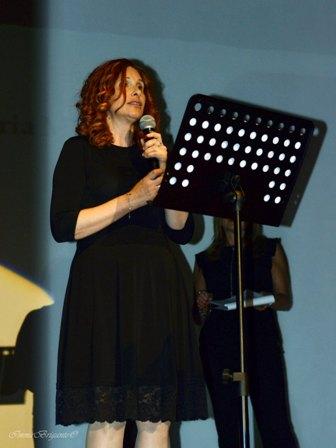 """Rosanna Papalia declama la poesia """"Per Essere Felice """" del poeta indiano Yayati Madan Gandhi tradotta da Maria Miraglia"""