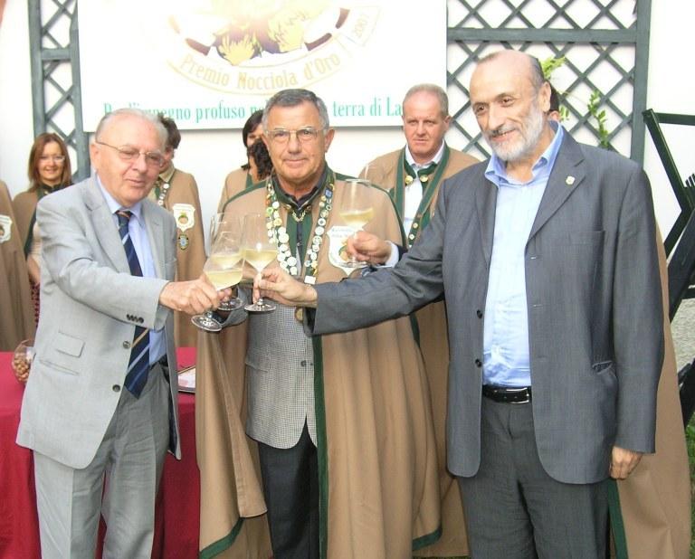 """Cortemilia, 13 settembre 2007. Premio """"Fautor Langae"""" a Giacomo Oddero e Carlin Petrini (nella foto con il Gran Maestro della Confraternita della Nocciola Luigi Paleari)"""