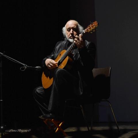 Il Maestro di chitarra Pino Forresu