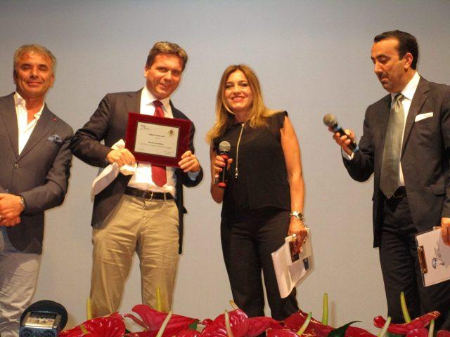 Il giornalista e scrittore olandese Maarten von Aaldaren riceve il Neruda Award dal sindaco Egidio Ippolito
