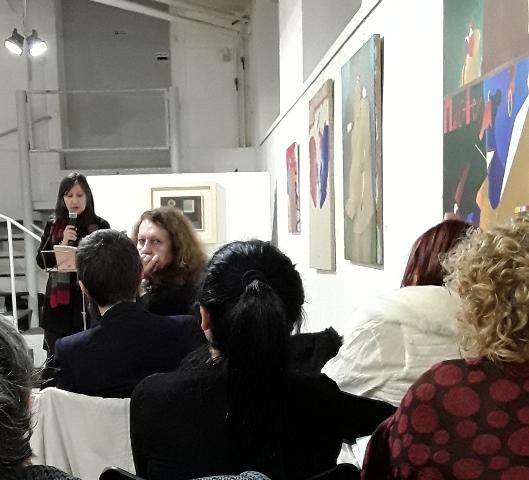 Claudia Azzola guarda la macchina fotografica mentre Silvia Pio legge