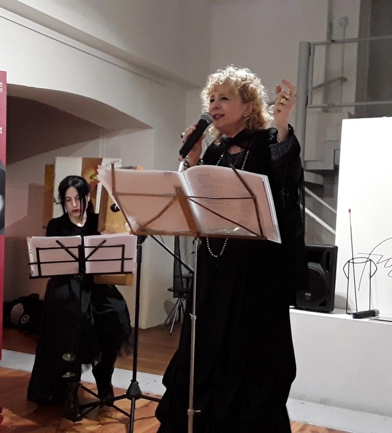 """Mystis e Aima durante la performance """"La sonorità delle lingue"""" a Milano (gennaio 2018)"""