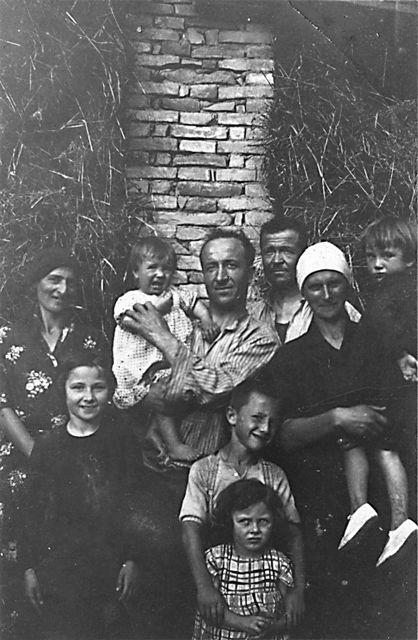 Bartolomeo si trova al centro, con la moglie Luigia Stella alla sua sinistra, il fratello Battista e la moglie di questi, Giuseppina Culasso, alla sua destra. Quattro dei bambini sono suoi figli; la piccola in primo piano è una nipote, nata dall'altro fratello Giuseppe