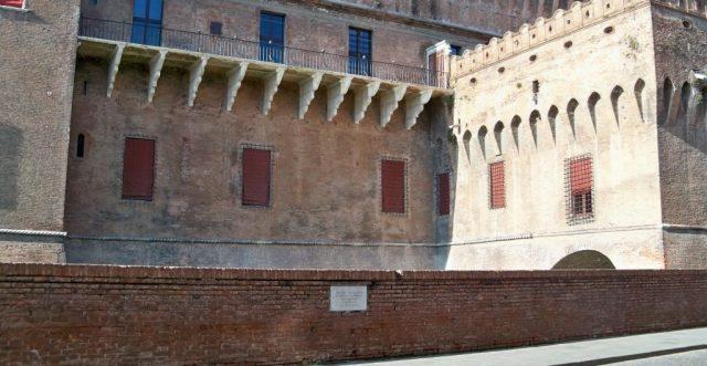 la-lapide-sul-muretto-del-castello-estense
