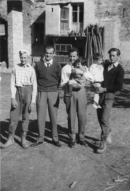 Da destra: Giancarlo Pio con in braccio il figlio di sua sorella Teresa, Raimondo Pio con in braccio la figlia, Luigi Montaldo marito di Teresa e Luigi Pio. Inizi anni Sessanta.