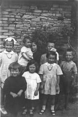 I Pio sono, da destra: Beppe (senza scarpe), Raimondo, Cecilia con in braccio Giovanna; in prima fila: Eugenia (figlia di Giuseppe, fratello di Berto, quindi cugina degli altri) e Teresa.