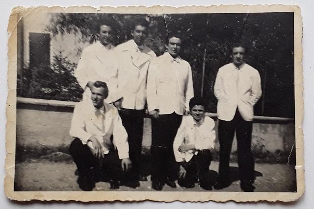 Raimondo è il primo a sinistra in piedi