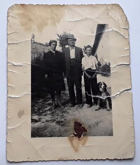 Sul retro della foto c'è scritto: papà, mamma e il servo (Raimondo)