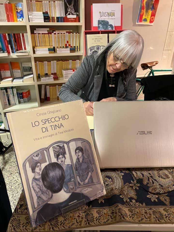 Cinzia Ghigliano firma le copie del libro con un disegno