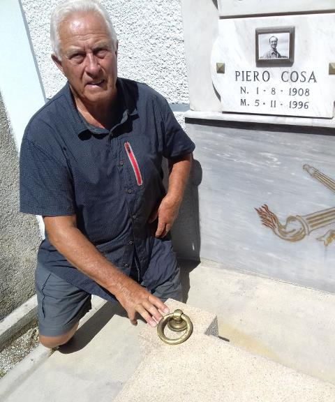 L'autore sulla tomba di Piero Cosa