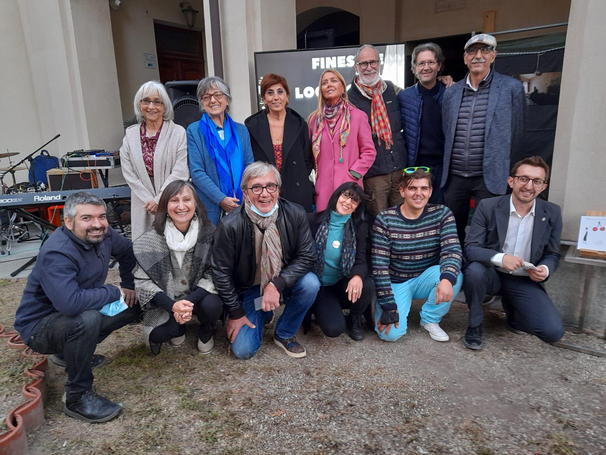Il gruppo degli artisti e organizzatori. In basso a destra, l'assessore al turismo di Alba, Emanuele Bolla